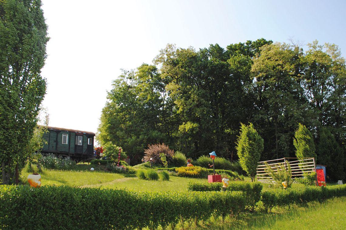 Josef Eder uns seine Kunst im sonnige, südburgenländischen Garten