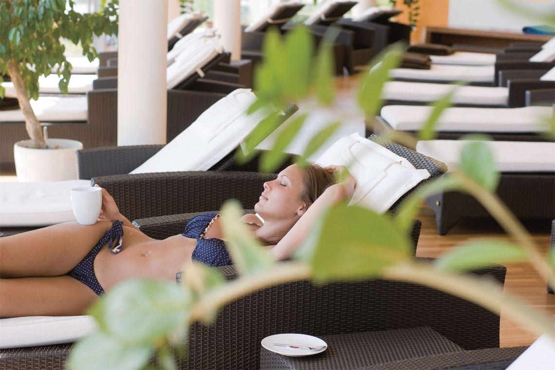 entspannen in Wasserbetten, im Ruheraum oder auf der Sonnenterasse mit Blick auf den Golfplatz und über die sanfte Hügellandschaft des Südburgenlandes